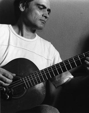Manuel Esteban tocando la guitarra.