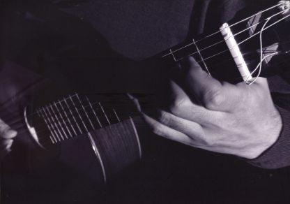 Manuel Esteban tocando la guitarra clásica